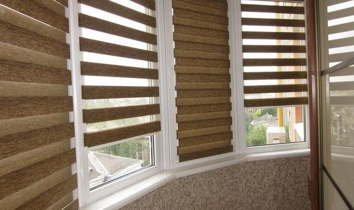 Рулонные шторы день-ночь в интерьере балкона