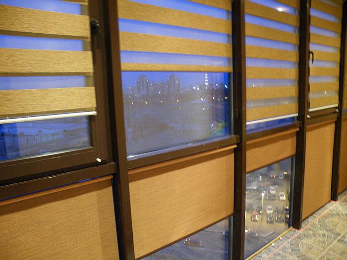 Рулонные шторы зебра на балконе с панорамным остеклением