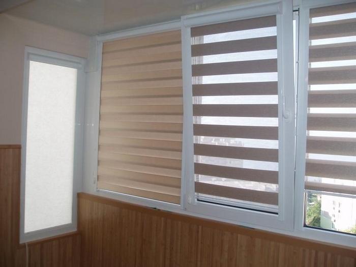 Рулонные шторы день-ночь на балконе