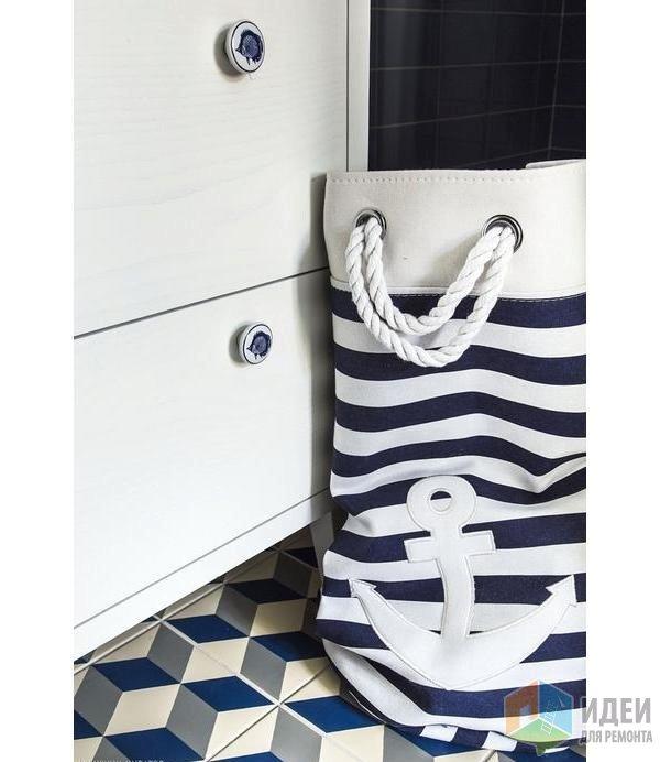 Море в деталях: ручки шкафчика и сумка для грязного белья. Дизайн: Marlusz Bykowski