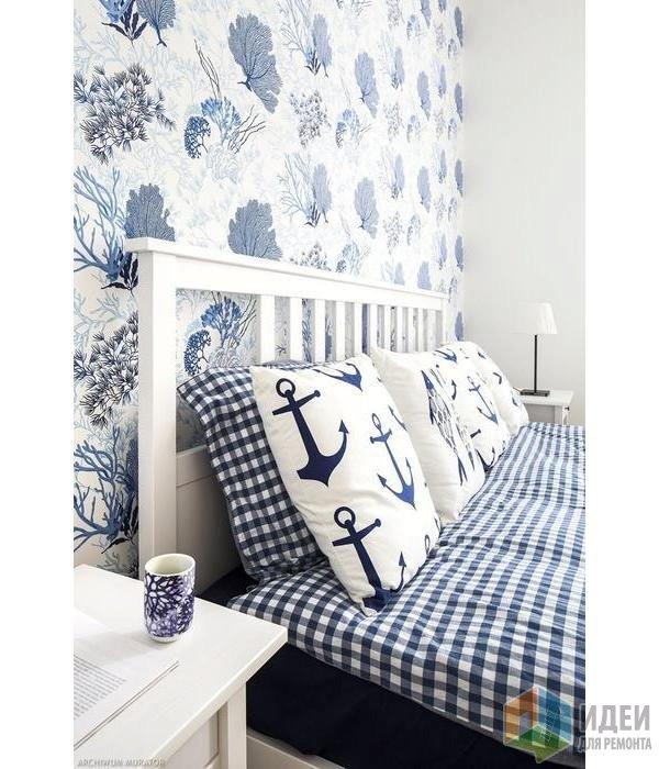 Морские обои и тематический текстиль в нейтральной светлой спальне. Дизайн: Marlusz Bykowski