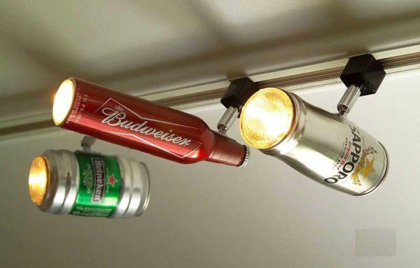 Вот уж никогда бы в голову не пришло, что пивные банки и бутылки можно использовать как плафоны