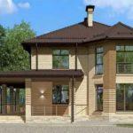 Фасад дома из желтого кирпича имеет все признаки европейского стиля
