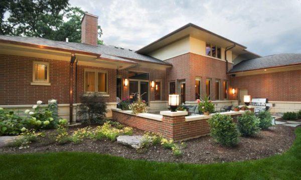 Одноэтажный кирпичный дом в виде буквы Г — высокая стоимость квадратного метра, но очень уютно во дворе