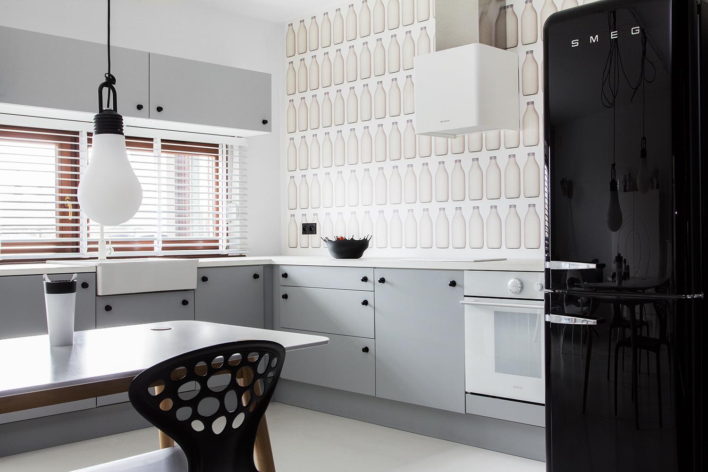 Кухня с черным холодильником