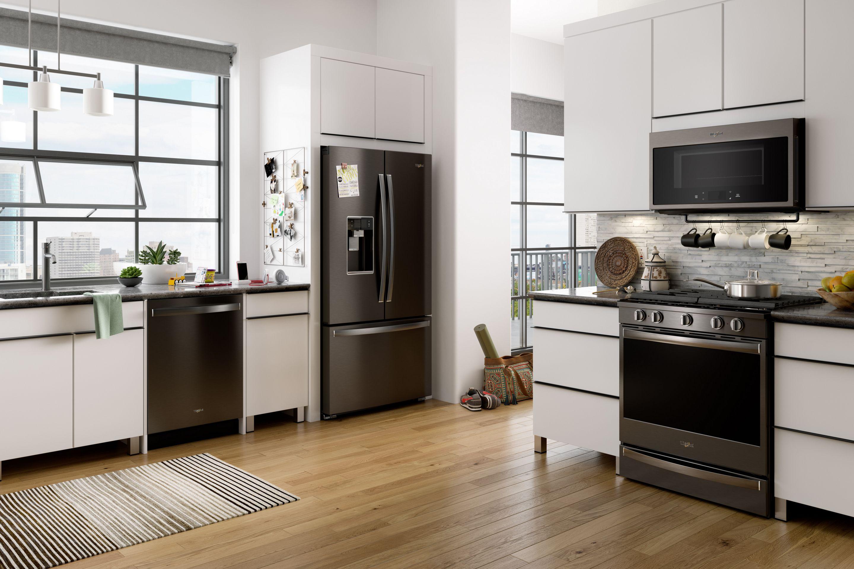 Просторная кухня с черным холодильником